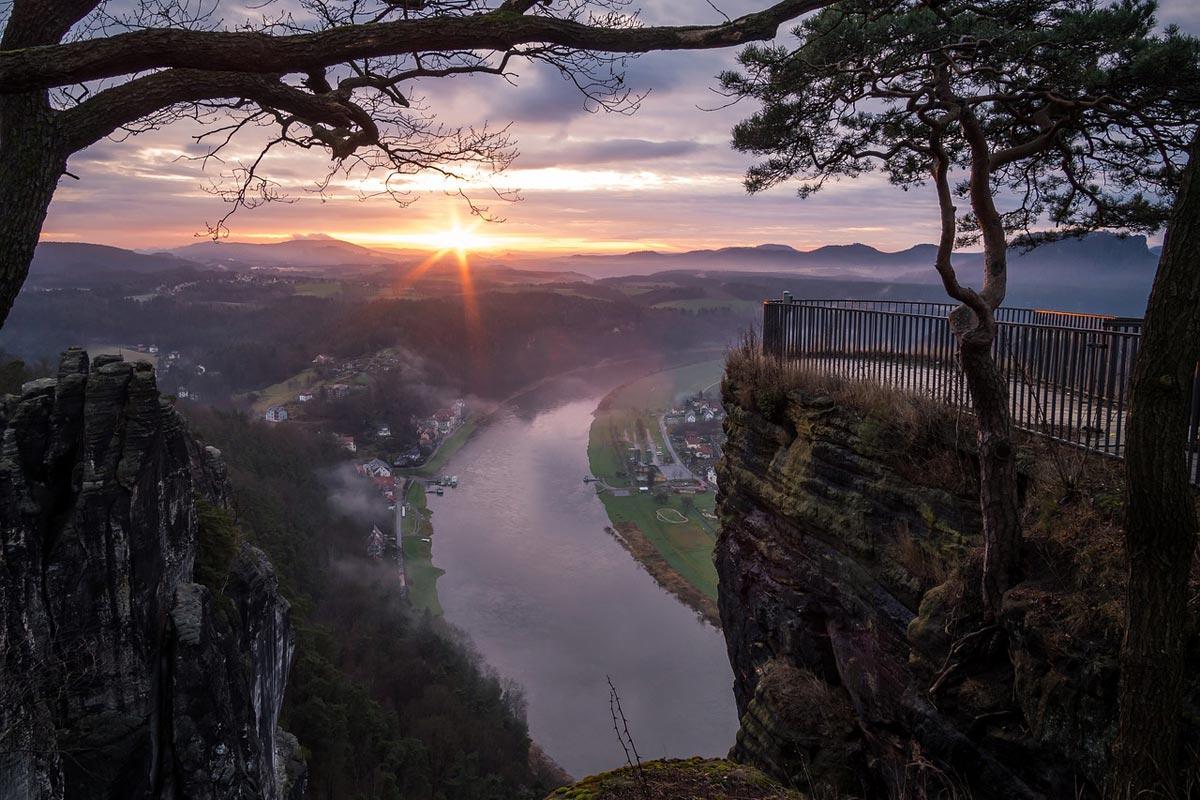 Die Basteiaussicht mit Blick auf den Fluss Elbe