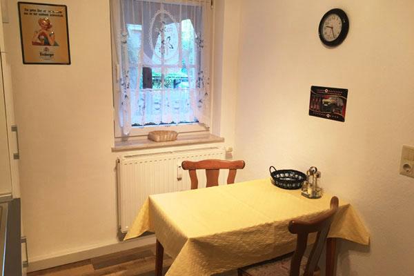 Ferienwohnung Sebnitzer Straße - Küche mit Esstisch