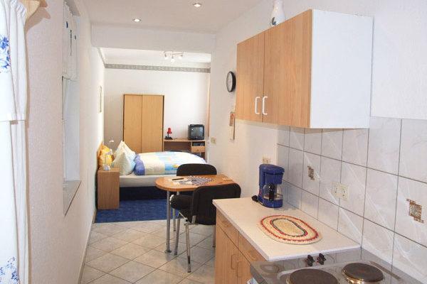 Appartement Sebnitzer Straße - Küchenzeile mit Blick auf den Schlafbereich