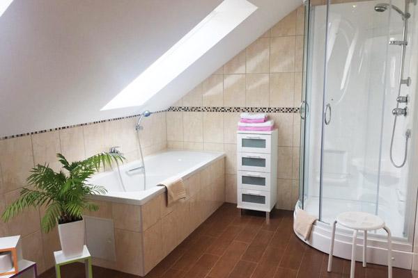 Ferienwohnung Lilienstein Rosengasse - Badezimmer mit Badewanne und Dusche