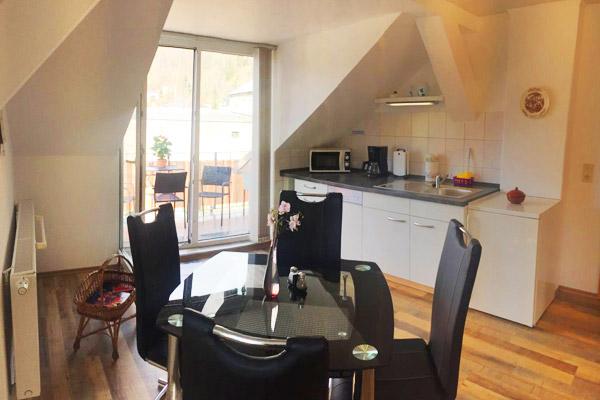 Ferienwohnung Lilienstein Rosengasse - Küchenzeile mit Esstisch und Blick auf Terrasse