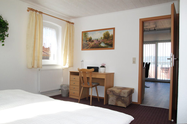 Ferienwohnung Lilienstein Rosengasse - Schlafzimmer mit Schreibtisch