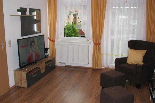 Ferienwohnung Zirkelstein Rosengasse - Wohnbereich mit Fernseher