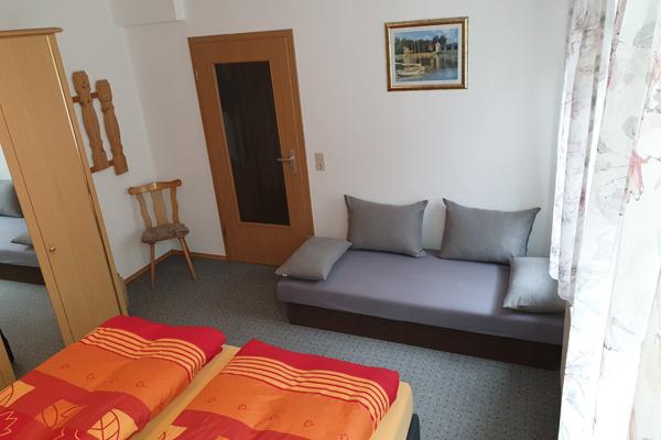 Ferienwohnung Sebnitzer Straße - Schlafzimmer mit drittem Bett